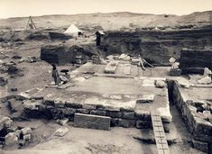 "Fig. 1. Vista de la tumba de Psusenes I tras la excavación de Pierre Montet. Foto en P. Montet,""La necrópolis des rois Tanitas"", Kêmi 9 (1942), pp. 3-96, Pl. XI."