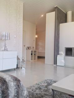 Moderni valkoinen koti: olohuone