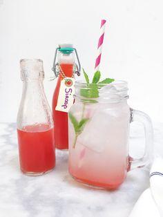 Heel makkelijk zelf siroop maken van fruit. Dit keer heb ik een limonadesiroop gemaakt van rabarber en aardbei maar je kan ook..... Limonade maken recept.