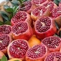 Is this a pomegranate fruit. It's look yummy Pomegranate Juice, Taste Of Nature, Salad Wraps, Food Garnishes, Red Fruit, Tropical Fruits, Looks Yummy, Fruit Trees, Arthritis