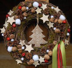 Vánoční svátky jsou jsou za dveřmi, takže už byste měli pomalu přemýšlet, jak si letos svátečně vyzdobíte svůj byt nebo dům. Mezi stálice adventní výzdoby patří adventní věnce, nejrůznější svícny, ale také květiny, které nám po celý prosinec připomínají blížící se vánoční svátky. Tady je malá inspirace, jak letos svůj byt zahalit do vánočního hávu.
