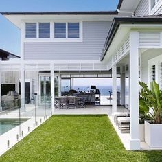 Awesome White Beach House Design - Home Style Die Hamptons, Hamptons Style Homes, Hamptons Beach Houses, California Beach Houses, Beach Cottage Style, Beach House Decor, Beach House Designs, Style At Home, Casas California