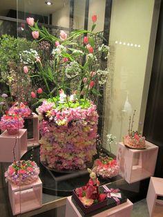 (A través de CASA REINAL) >>>>>  window display #floral #retail #retaildetails
