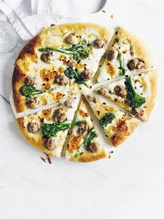 Broccoli and spiced sausage pizza This broccoli and spiced sausage pizza with fennel, chilli and taleggio is delicious and feels like a real treat. I Love Food, Good Food, Yummy Food, Pizza Recipes, Cooking Recipes, Healthy Recipes, Broccoli Pizza, Plat Vegan, Food Inspiration