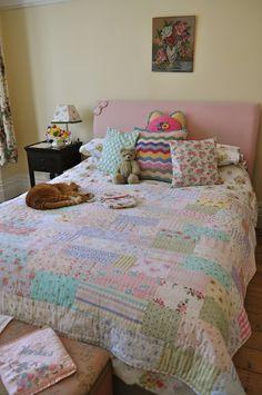 HenHouse: A Slumbery Ta-Dah Love the quilt. Love the cat.