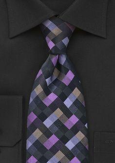 Wie ein abstraktes Gemälde liegen Kästen in schwarz, lila und Grau-Nuancen auf dieser dezenten Krawatte. http://www.krawatten-ties.com/krawatte-schachbrettdekor-lila-p-14501.html