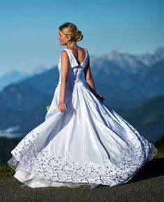 #styledshoot #wedding #weddingstyle #bridestyle #hochkar #voralpen #filmundfotografie #hochzeitindenvoralpen #braut #brautkleid #hochzeit #sonnenaufgang #hochzeitinösterreich #wachauphoto #skopalmedien #martinskopal #vintagelens #russianlens #tair11 Das Team: Martin Skopal - FOTOGRAF Alexander Pfeffel - FOTOGRAF/VIDEOGRAF Corinna Pernitsch - VIDEOGRAFIN Christina Scheubrein - VISA/HAIRSTYLING Harald Winkler - WEDDINGPLANNER Silvia Pollak - MODEL Wolfram Hermann-Hubler - MODEL Models, Ball Gowns, Formal Dresses, Fashion, Sunrise, Bridle Dress, Wedding, Templates, Ballroom Gowns