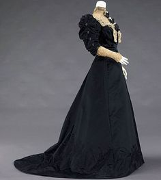 Evening dress, by the House of Worth, ca. 1900-1905 Metropolitan Museum of Art ❤️❤️❤️