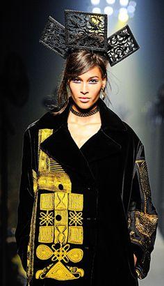 les appliqués jaunes Jean Paul Gaultier Haute Couture Fall-Winter 2015