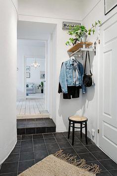 Вешалка при входе  В коридоре небольшой угол можно использовать как место для вешалки: это может быть как напольная модель с крючками для верхней одежды, так и подвесная штанга. Для большей функциональности дополните её легкой верхней полочкой, компактной тумбой для обуви, пуфиком или табуретом.