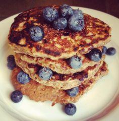 Ga je vandaag zwaar trainen, bijvoorbeeld met The Bootcamp Club;) ? Ontbijt dan met een Havermout Proteïne Pannenkoek. HOE lekker is dit! Benodigdheden: 4x eiwit, 1 tot 3 kopjes havermout, 1 scoop protein powder, handje blauwe bessen. Mix alle ingrediënten door elkaar (behalve de bessen) en voeg een klein beetje water toe om het tot één geheel te maken. Bak daarna in de pan de pannenkoekjes. Server de pannenkoekjes met blauwe bessen en een klein beetje kaneel.     Enjoy!!