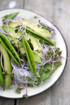 Noodlesalad with herbdressing Food Photography Styling, Food Styling, Vinaigrette, Appetizer Salads, Mindful Eating, Spring Recipes, Food Design, Raw Vegan, Tasty Dishes