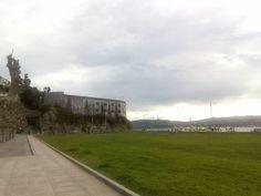 La silueta del fuerte de San Martín dominando el paseo marítimo y la campa del Glacis.  #santoñateespera #turismosantoña