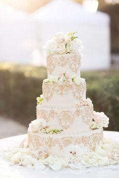 Para um toque de cor neutro e elegante, use o greige nos detalhes do bolo de casamento.