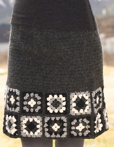 not sure I like the granny at the bottom, but I like the idea of a gray knitted skirt and I have the wool for it!