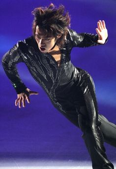 アイススケートショー「フレンズ・オン・アイス2007」で力強い演技を披露する高橋大輔=横浜市の新横浜スケートセンターで2007年8月18日、須賀川理撮影