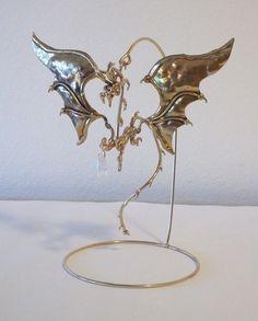 Cette pièce est un dragon de bronze avec ailes cuivre environ 6 de large à lextrémité de laile et 6 de haut. Il est titulaire dune goutte de cristal