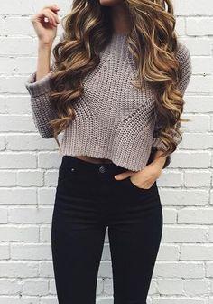Укороченный свитер с черными джинсами с высокой талией