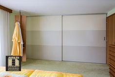 Auch abgestufte Schiebetüren können als Raumteiler eingesetzt werden. Hier in unterschiedlichen Graustufen sind diese Schiebetüren der perfekte Abschluss für das Schlafzimmer Panel Room Divider