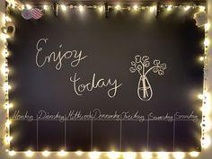 Ein Brett mit Tafelfolie bekleben und ein Wochen Kalender drauf. Und schön dekorieren. Und TADA ein schönes Wohnaccessior Neon Signs, Nice Things, Decorating, Tutorials, Nice Asses
