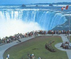 CANADA |||||||||| Cataratas de Niágara canadienses iluminadas de azul por el bebé real
