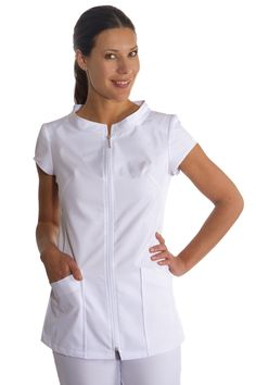 Este blusón es de la firma Dyneke, de manga corta y con cuello mao 'tipo caja'. Posee una cremallera central y bolsillos inferiores. Se trata una chaqueta polivalente, ideal para farmacias, clínicas, dependientas, sanidad y estética. Tiene pespunte en pinzas y otras costuras en color brillante. Mide 70cm de largo. #masuniformes #casaca #sanitaria #estetica #bluson #sanitario Vet Scrubs, Dental Scrubs, Medical Scrubs, Nursing Clothes, Nursing Tops, Nursing Dress, Spa Uniform, Scrubs Uniform, Medical Uniforms