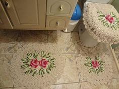 jogo de banheiro 3 peças de barbante em cru com flores rosa choque com detalhes rosa bebê , as folhas em barbante verde degradê, da marca barroco