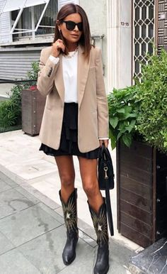 Look fashion y trendy con botas v Cowboy Boot Outfits, Black Cowboy Boots, Winter Boots Outfits, Spring Outfits, Summer Boots, Look Fashion, Fashion Casual, Winter Fashion, Casual Outfits