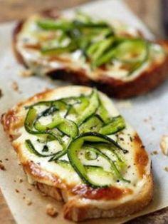 Recette de bruschetta à la crème de parmesan et julienne de courgettes. Une recette parfaite pour un apéritif gourmand. Les amateurs de courgette et de fromage se régaleront.
