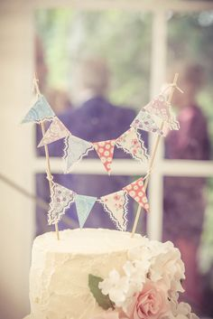 Vintage wedding ideas - Vintage Bunting Flag Wedding Cake Topper ~ we ❤ this! Wedding Cake Red, Wedding Cake Photos, Beautiful Wedding Cakes, Wedding Cake Toppers, Vintage Bunting, Vintage Flag, Country Garden Weddings, Bunting Flags, Unique Weddings