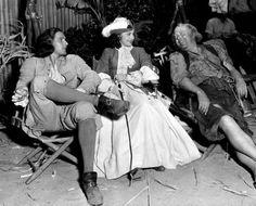 Errol Flynn, Olivia de Havilland and Guy Kibbee during a break onset Captain Blood (1935)