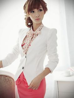 This is a casual suit without collar for ladies. The irregular hem is cool and nifty