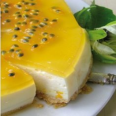 De monchoutaart met passievrucht bevat een heerlijke portie passievruchtpulp. Het is een taart die er lekker uitziet, maar ook nog eens heerlijk smaakt.