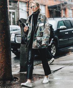 Jessica Minkoff com calça de couro + parka camuflada.