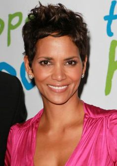 Halle Berry Pixie Haircut for Women Over - Hairstyles Weekly Halle Berry Pixie, Pelo Halle Berry, Halle Berry Short Hair, Short Hair Cuts For Round Faces, Short Hair Cuts For Women, Short Hairstyles For Women, Summer Hairstyles, Short Messy Haircuts, Round Face Haircuts