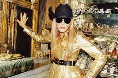 Riviste, passerelle, televisioni, la rete l'hanno eletta regina del 2010. Si definisce una fashion maniac, Anna Dello Russo, ex direttore de L'Uomo Vogue, oggi è direttore creativo di Vogue Japan. Ha portato con fierezza il capriccio (come il cappello a forma di ciliegie) davanti ai riflettori e ha fatto girare la testa sulle strade di Milano per i suoi tacchi mozzafiato e un trasparente vestito in pizzo Dolce&Gabbana. Per lei, tutto è moda, così come ha dichiarato in un'intervista: «Tengo…