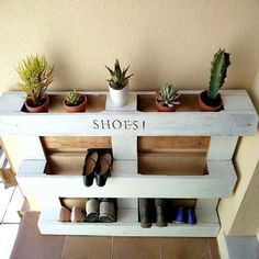 Do you have shoes piled in front of your entrance? Make an easy and functional DIY shoe storage rack with one pallet and a little bit of paint. Kreativ K featured on Kenarry.com