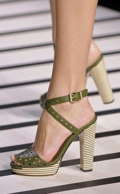 Sandalias de piel troquelada en color verde con tacón grueso y plataforma, de Fendi.