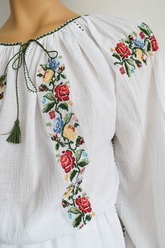 Simple Embroidery, Embroidery Dress, Embroidery Stitches, Hand Embroidery, Embroidery Designs, Beaded Cross Stitch, Cross Stitch Rose, Cross Stitch Flowers, Fancy Kurti