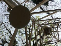 Vista da grande torre da caixa d'água que alimenta o trabalho Hídrica: episódios da artista Nydia negromonte.