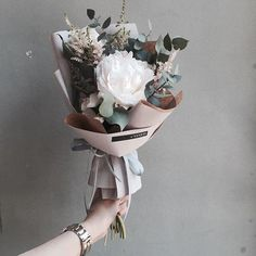simple but stunning bouquet of flowers How To Wrap Flowers, My Flower, Fresh Flowers, Dried Flowers, Beautiful Flowers, Flower Wrap, Bouquet Wrap, Hand Bouquet, Flower Packaging