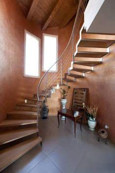 Muito mais do que conectar dois andares, a escada pode ser a protagonista da casa! Confira ideias https://www.homify.com.br/livros_de_ideias/2806576