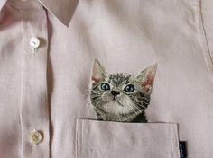 日本人刺繍作家クボタヒロコさんの、何ともかわいらしい作品がネットで人気だ。  その作品は、シャツの胸元に、本物かと見まがうばかりの猫を刺繍したものだ。ポケットから猫が顔を出している様子を見事に表現している。
