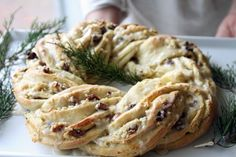 Christmas breakfast wreath with cranberry almond filling. Must try for Christmas breakfast or open house! Brunch Recipes, Bread Recipes, Breakfast Recipes, Cooking Recipes, Breakfast Ring, What's Cooking, Keto Recipes, Christmas Bread, Christmas Baking