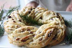 Recipe:  Holiday Breakfast Wreath