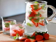 Água aromatizada de morangos framboesas e menta