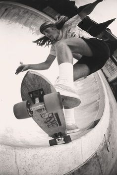 "Regular Katin short-wearer and legendary ""Z-Boys"" skateboarder, Stacy Peralta ( skating an empty pool in this old-school film shot. Old School Skateboards, Vintage Skateboards, Figure Drawing Reference, Pose Reference, Stacy Peralta, Old School Film, Lords Of Dogtown, Skateboard Photos, Photo Deco"