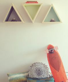 #triangle #hanger #wood #gipsy #beach #vibes Floating Shelves, Hanger, Triangle, Diy, Wood, Home Decor, Beach, Design Projects, Shelving Brackets