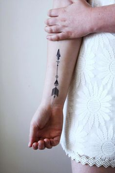 33 Cool Small Wrist Tattoos For Guys – Wrist Designs Wrist Tattoos For Guys, Small Wrist Tattoos, Tattoo Girls, Arrow Tattoos For Women, Foot Tattoos For Women, Small Tattoos With Meaning, Full Body Tattoo, Back Tattoo, Tattoo Cream