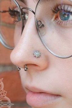 Tips And Tricks To Learn Before Getting A Nose Piercing ★ Small Septum Piercing, Nose Piercing Tips, Upper Lip Piercing, Men's Piercings, Piercing Ideas, Nose Shapes, Big Noses, Physique, Diamond Jewelry